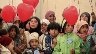 Lâcher de ballons par des jeunes réfugiés syriens dans le camp de Zaatari en Jordanie, le plus grand camp de réfugiés au monde, pour marquer le 3e anniversaire du conflit en Syrie.