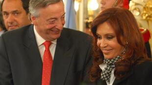 El presidente Néstor Kirchner en 2007 y la entonces senadora Cristina Fernández de Kirchner, Casa Rosada, Buenos Aires.