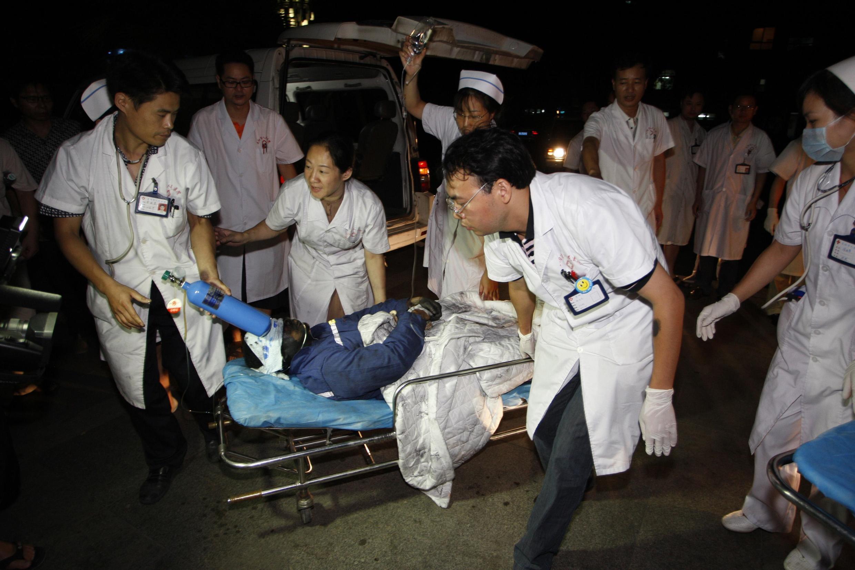 2012年7月8日湖南耒阳市三都镇茄莉冲煤矿发生矿井透水事故。图为救援人员正将获救人员送往医院。