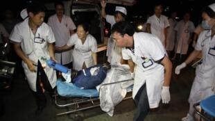 2012年7月8日湖南耒陽市三都鎮茄莉衝煤礦發生礦井透水事故。圖為救援人員正將獲救人員送往醫院。