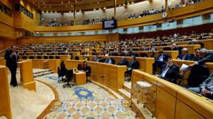 西班牙參院開會,加泰參議員克萊里斯JLCleries演講,總理拉霍伊在前排二2017年10月27日。