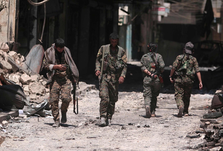 Бойцы Демократических сил Сирии в Манбидже, который они освободили от ИГ, 10 августа 2016 г.