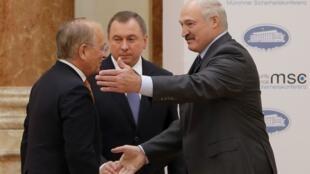 Президент Беларуси Александр Лукашенко (справа), председатель Мюнхенской конференции по безопасности Вольфганг Ишингер (слева) и глава белорусского МИД Владимир Макей, Минск, 31 октября 2018.