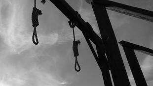 noose-death-penalty-gallows-black-white-execution-hanging-flickr-1600x867