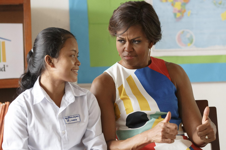 Michelle Obama nói chuyện với nữ sinh Cam Bốt, tại trường trung học Hun Sen Prasaat Bankong, Siem Reap, 21/03/2015.