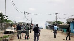 Les forces de sécurité dans le quartier de la Radio Télévision Gabonaise à Libreville après la tentative de putsch militaire, lundi 7 janvier 2019.