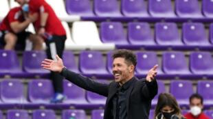 L'entraîneur argentin de l'Atlético de Madrid, Diego Simeone, fête le titre de champion d'Espagne après la victoire sur la pelouse du Real Valladolid, le 22 mai 2021