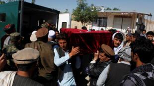 Funérailles de l'une des victimes, le lendemain de l'attaque contre la base militaire de Mazar-e-Charif,  qui a fait plus d'une centaine de morts le 21 avril 2017.