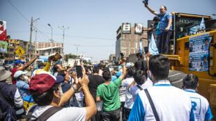 Rafael López Aliaga, candidato a la presidencia de Perú por el partido ultraconservador Renovación Nacional, saluda en un acto de campaña en el emporio textil de Gamarra, en Lima, el 27 de marzo de 2021