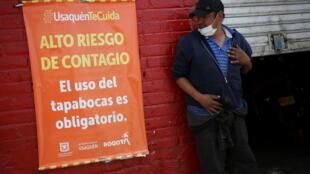 Un hombre que lleva una máscara facial bajo la barbilla en uno de los barrios donde la alcaldía decretó una cuarentena estricta, en medio de un rebrote de la enfermedad coronavirus (COVID-19), en Bogotá, Colombia, el 5 de enero de 2021.