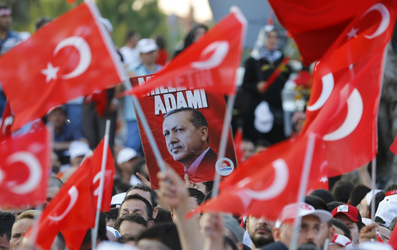 Une affiche du président Tayyip Erdogan lors d'une manifestation pro-gouvernementale à Ankara, 16 juillet 2016.