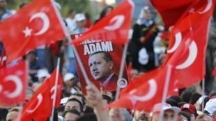 Biểu tình ủng hộ tổng thống Thổ Nhĩ Kỳ Tayyip Erdogan tại Istanbul, ngày 16/07/2016