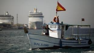Pescadores españoles protestando contra la barrrera artificial erigida por las autoridades británicas.