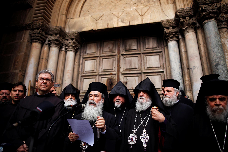 رهبران کلیساهای بیتالمقدس مقابل در بسته کلیسای مقبره مقدس