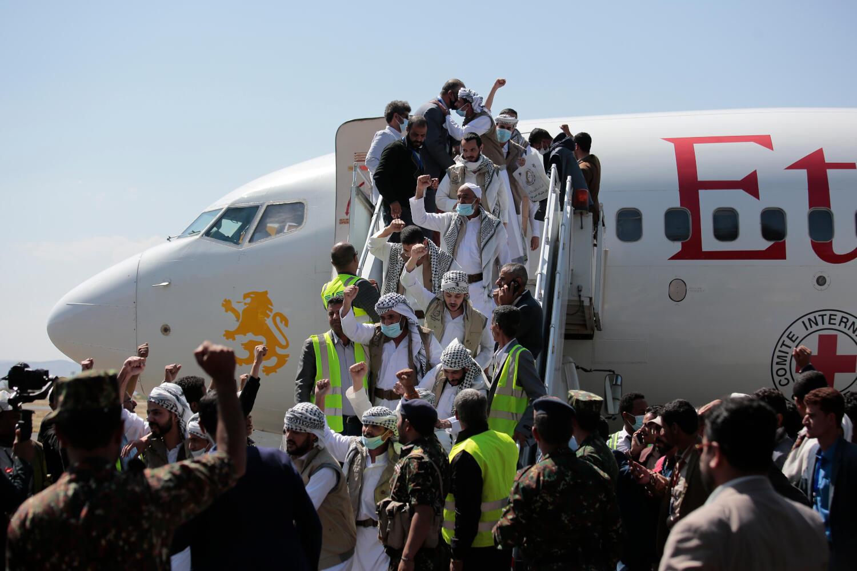 Wafungwa wa Yemeni wakiwasili katika uwanja wa ndege wa Sana'a kufuatia zoezi la kubadilishana wafungwa Alhamisi, Oktoba 15, 2020.