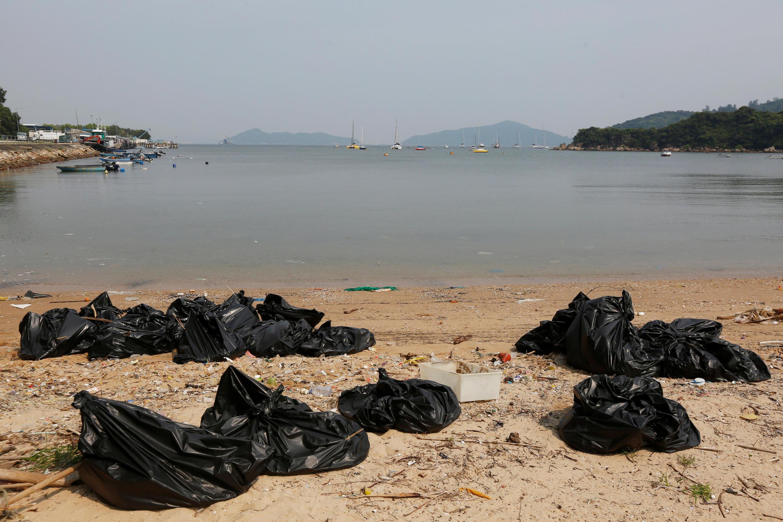 Túi rác trôi dạt vào bãi biển Nhẫm Thụ Loan (Nim Shue Wan) Hồng Kông - ảnh chụp ngày 08/07/2016