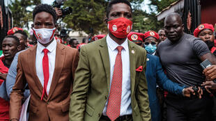 图为乌干达反对派领袖罗伯特·基亚古拉尼·森塔穆(又名毕博·威恩)2020年8月21日抵达反对党民族团结纲领党总部。同日他被推举为该党主席。资料照片
