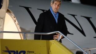 O secretário de Estado americano, John Kerry, desembarca em Viena