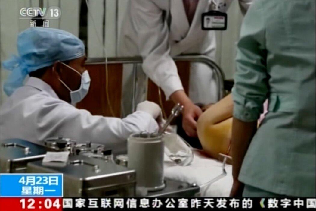 朝鲜黄海北道发生一起巴士车祸后,中国中央电视台的视频截图显示一名受伤的乘客在医院接受治疗