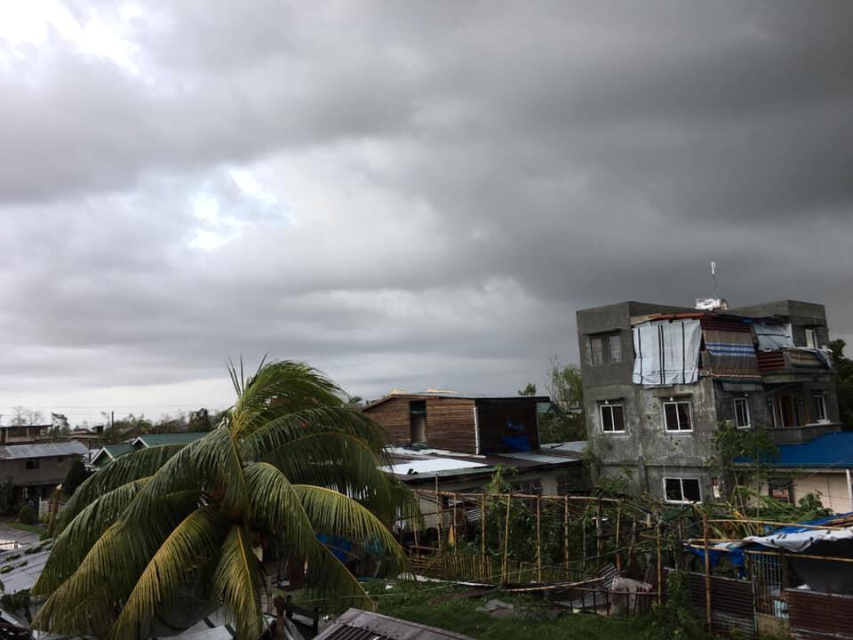Árvores e edifícios caídos são vistos depois que o tufão Phanfone varreu Tanauan, Leyte, nas Filipinas, em 25 de dezembro de 2019