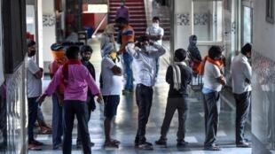 Des migrants font la queue pour la nourriture dans un centre à New Delhi, le 9 avril 2020.