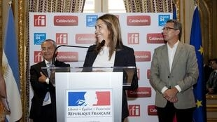 Marie-Christine Saragosse entourée de Carlos Moltini, PDG de Cablevision (D) et de l'ambassadeur de France Jean-Michel Casa, à Buenos Aires, le 19 décembre 2014.