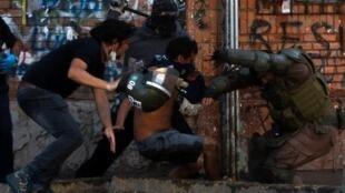 Enfrentamientos entre policías y manifestantes el 16 de Noviembre de 2019, Santiago de Chile.