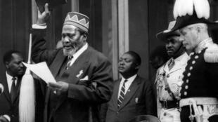 Jomo Kenyatta prête serment comme Premier ministre, lors de la cérémonie du 1er juin 1963, à Nairobi.