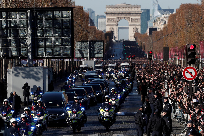 Đoàn người tiễn đưa cố ca sĩ Johnny Hallyday trên đại lộ Champs-Elysée, Paris, ngày 09/12/2017.