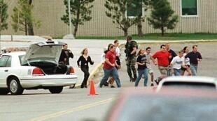 Des élèves s'échappent du lycée de Columbine, le 20 avril 1999.