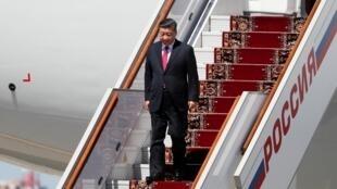 图为中国国家主席习近平2019年6月5日抵达俄罗斯访问