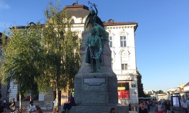 La statue menottée est celle du poète national PRESEREN, symbole de la presse muselée par le pouvoir.