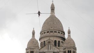 Татьяна Мозио-Бонгонга прошла по канату к куполу собора Сакре-Кер