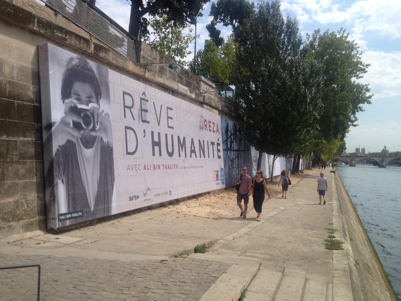 Reza a réalisé des installations d'envergure à Washington ou à Doha, et ici, sur les quais de Seine à Paris.