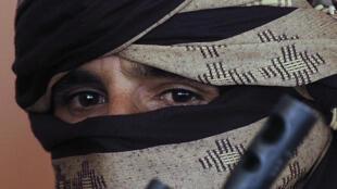 Un ancien combattant taliban lorsd'une cérémonie officialisant l'intégration dans l'armée afghane d'ancien rebelles, à Herat en 2013.