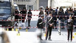 Policiais isolaram a área diante da sede do Conselho Italiano, onde um homem atirou contra dois policiais, no mesmo momento em que o novo governo italiano prestava juramento, neste domingo, dia 28 de abril.