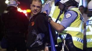 La police procède à des arrestations d'étudiants lors d'une manifestation à Montréal, le 23 mai 2012.
