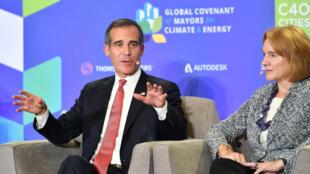 洛杉磯市市長Eric Garcetti (左)在氣候行動峰會上.