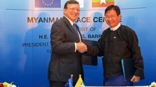 Le président de la Commission européenne, José Manuel Barroso et le secrétaire général de la présidence birmane Aung Min, le 3 novembre 2012.