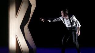 Photographie du spectacle «Le K» de Grégori Baquet et Xavier Jaillard au Théâtre Rive Gauche à Paris.