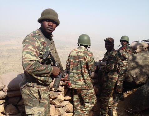 Les soldats de l'armée de terre camerounaise déployés sur le poste avancé de Mabass. Une colline sur la frontière avec le Nigeria, en bas des villages occupés par Boko Haram. L'artillerie camerounaise pilonne les Boko Haram quand elle perçoit une menace.