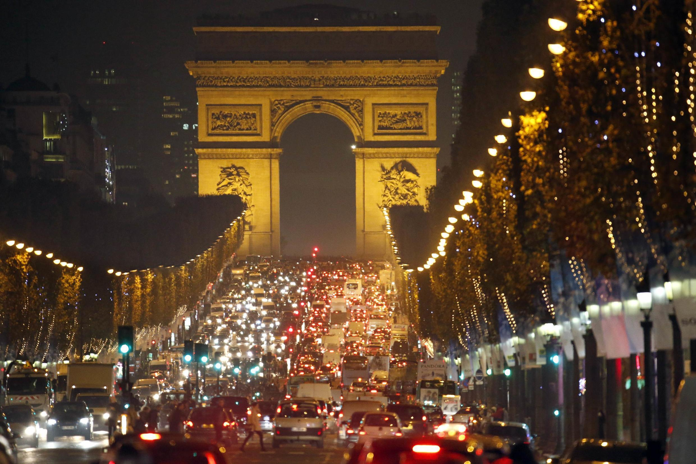 Không khí Noel trên đại lộ Champs Elysées - REUTERS