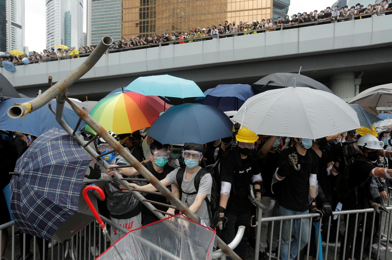 Les manifestants ont bloqué les voies principales de circulation du centre-ville de Hong Kong à l'aide de barrières métalliques. Certains protestataires ont même arraché des pavés sur les trottoirs.