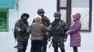 Tại thành phố Simferopol, Crimée, dân cư trò chuyện với những người mang quân phục, được cho là lính Nga, 05/03/2014.