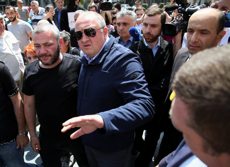 Президент Георгий Маргвелавшвили (справа) и отец убитого школьника Заза Саралидзе (слева) на акции протеста 1 июня 2018