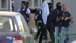 O acusado de ataque na França, Yassine Salhi, foi indiciado por assassinato em relação com um ato terrorista na França.