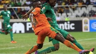 Zambia's Felix Katongo (L) fights for the ball with Burkina Faso's Bakary Kone
