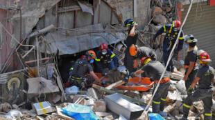 Prosigue la búsqueda de supervivientes en Beirut tras la explosión en el puerto de la capital libanesa, el 6 de agosto de 2020