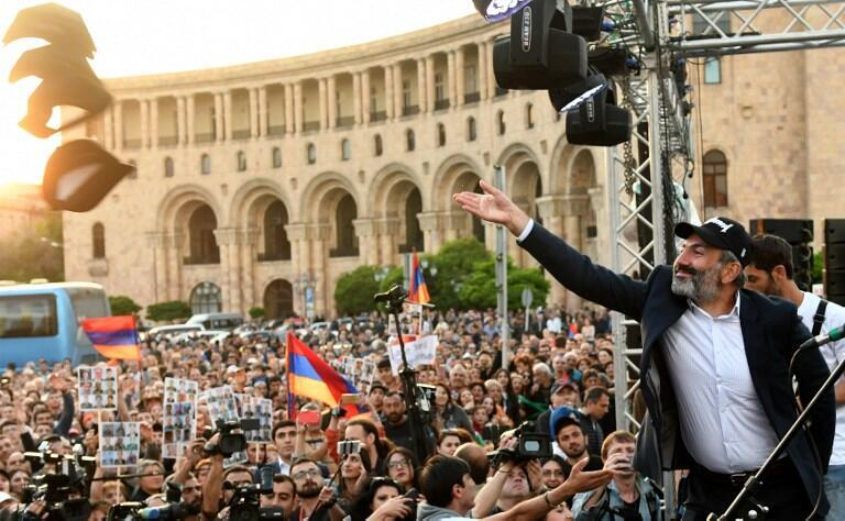 Le leader de l'opposition arménienne, Nikol Pachinian avec ses partisans à Erevan, le 30 avril 2018.