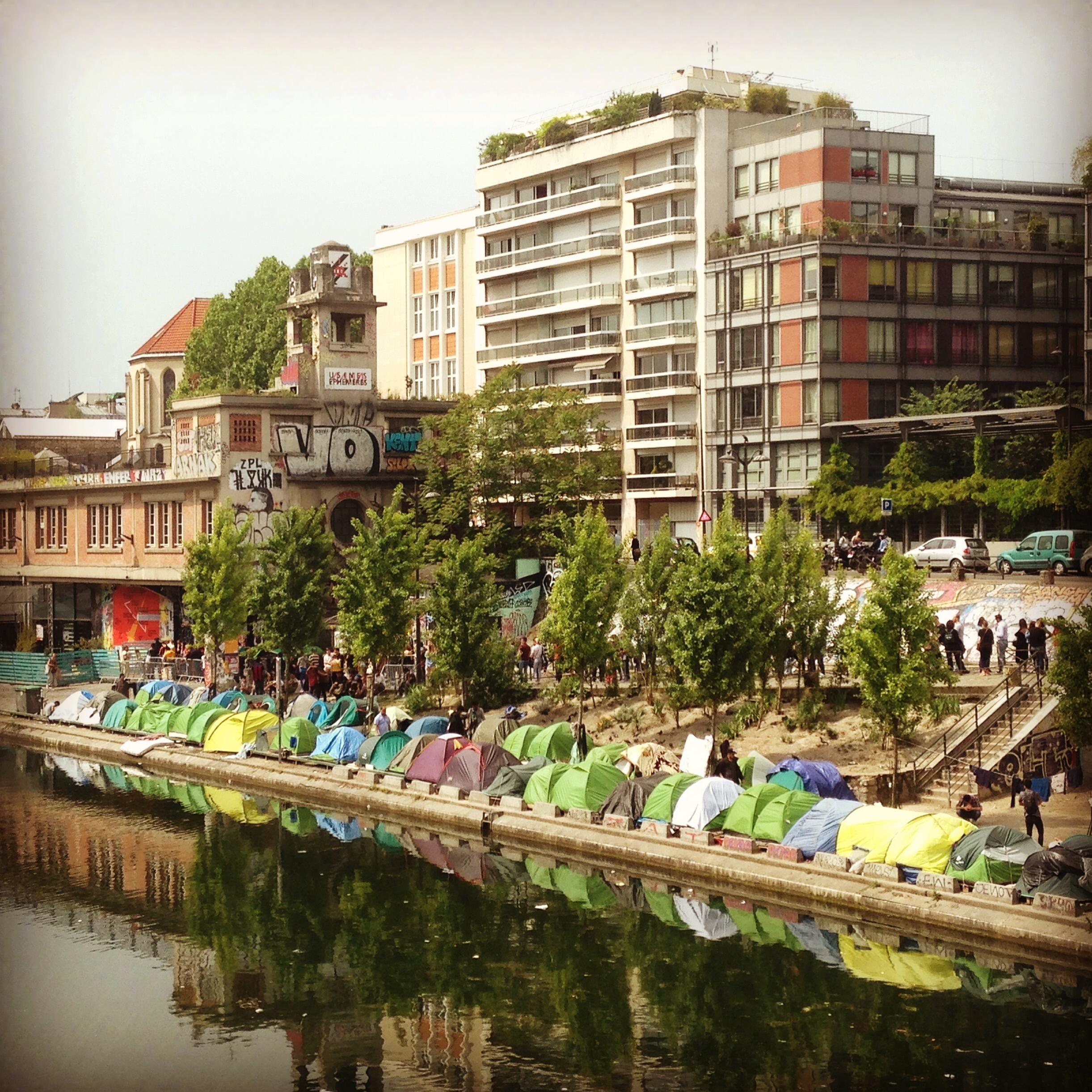 O acampamento de migrantes do canal Saint-Martin, no nordeste de Paris, reúne centenas de pessoas.